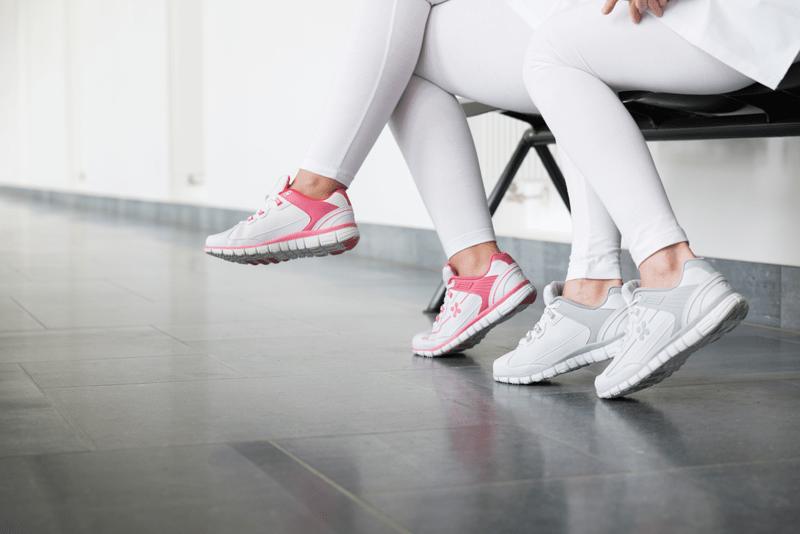 deux aides-soignantes assises avec des baskets confortables oxypas